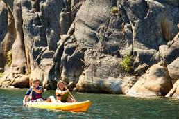 Två personer utnyttjar de fantastiska möjligheterna till kajakpaddling som finns i Bohuslän nära Strömstad.