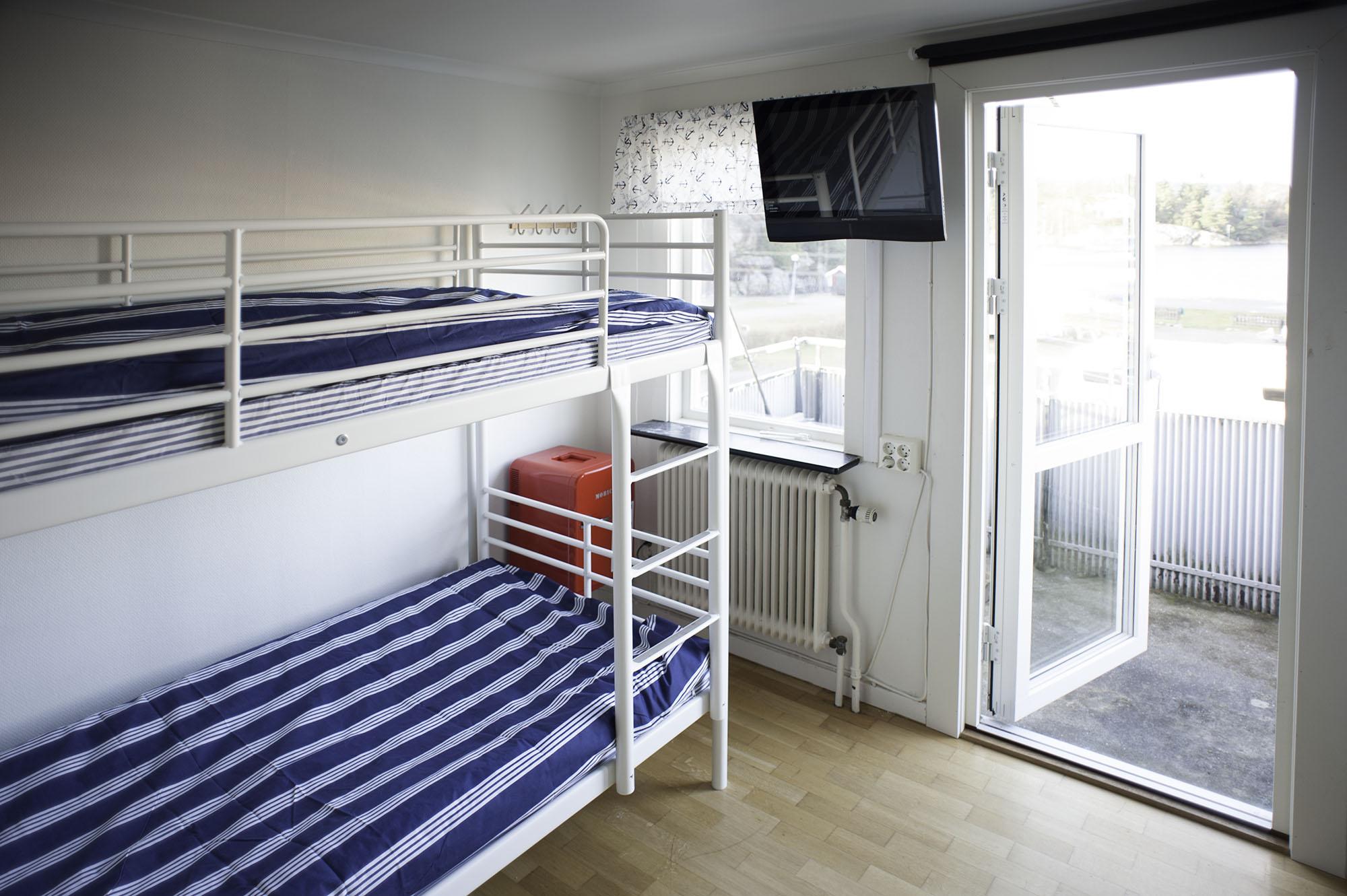 En våningssäng i ett rum med en tv