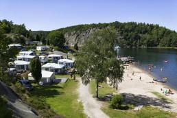 Stranden sommartid med semesterfirare i Bohuslän.