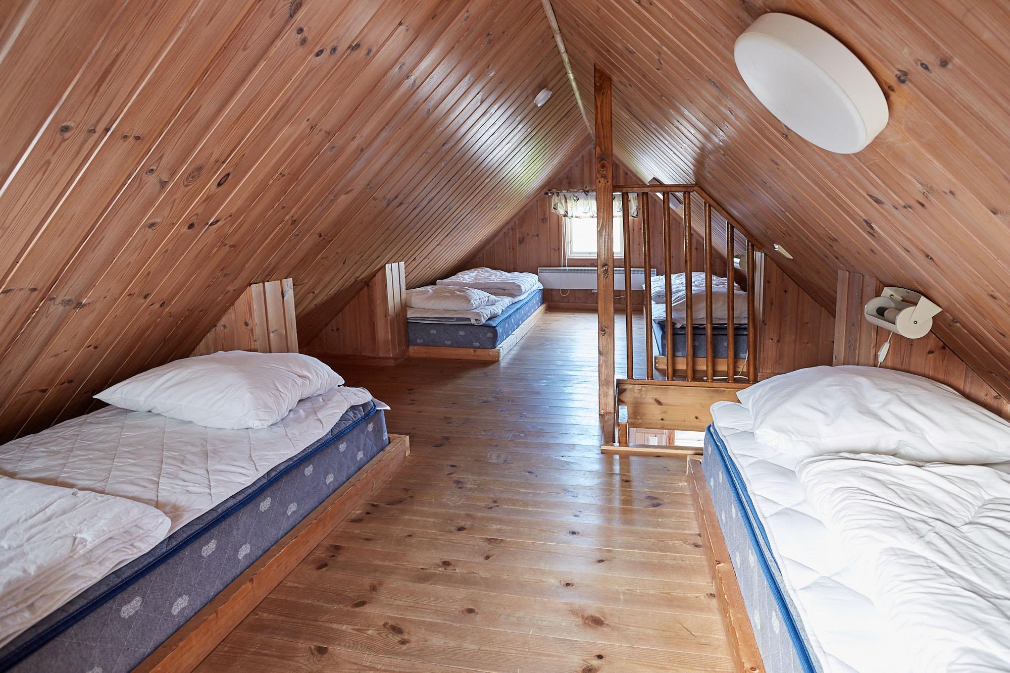 Flera sängar inne i ett rum.