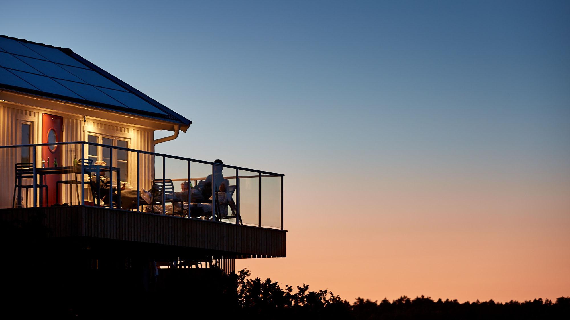 Balkong till en stuga i solnedgången. Idylliskt.
