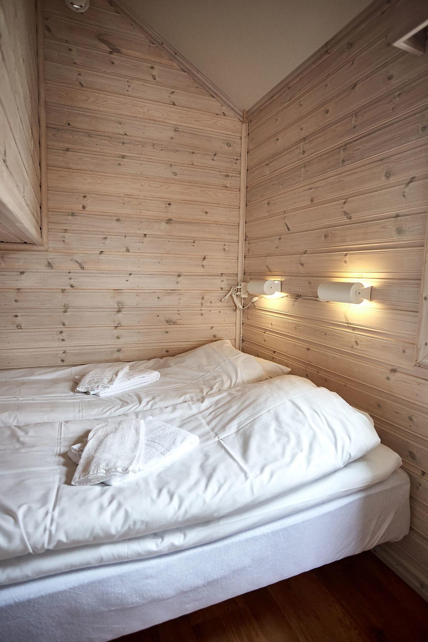 Två sköna sängar i en av Lagunens alla stugor utanför Strömstad i Bohuslän.