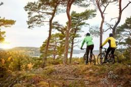 Bild på två cyklister som cyklar i skogarna utanför Lagunen i närheten av Strömstad i Bohuslän.