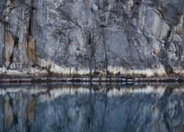 Stor mäktig bohuslänsk klippa med vatten framför.