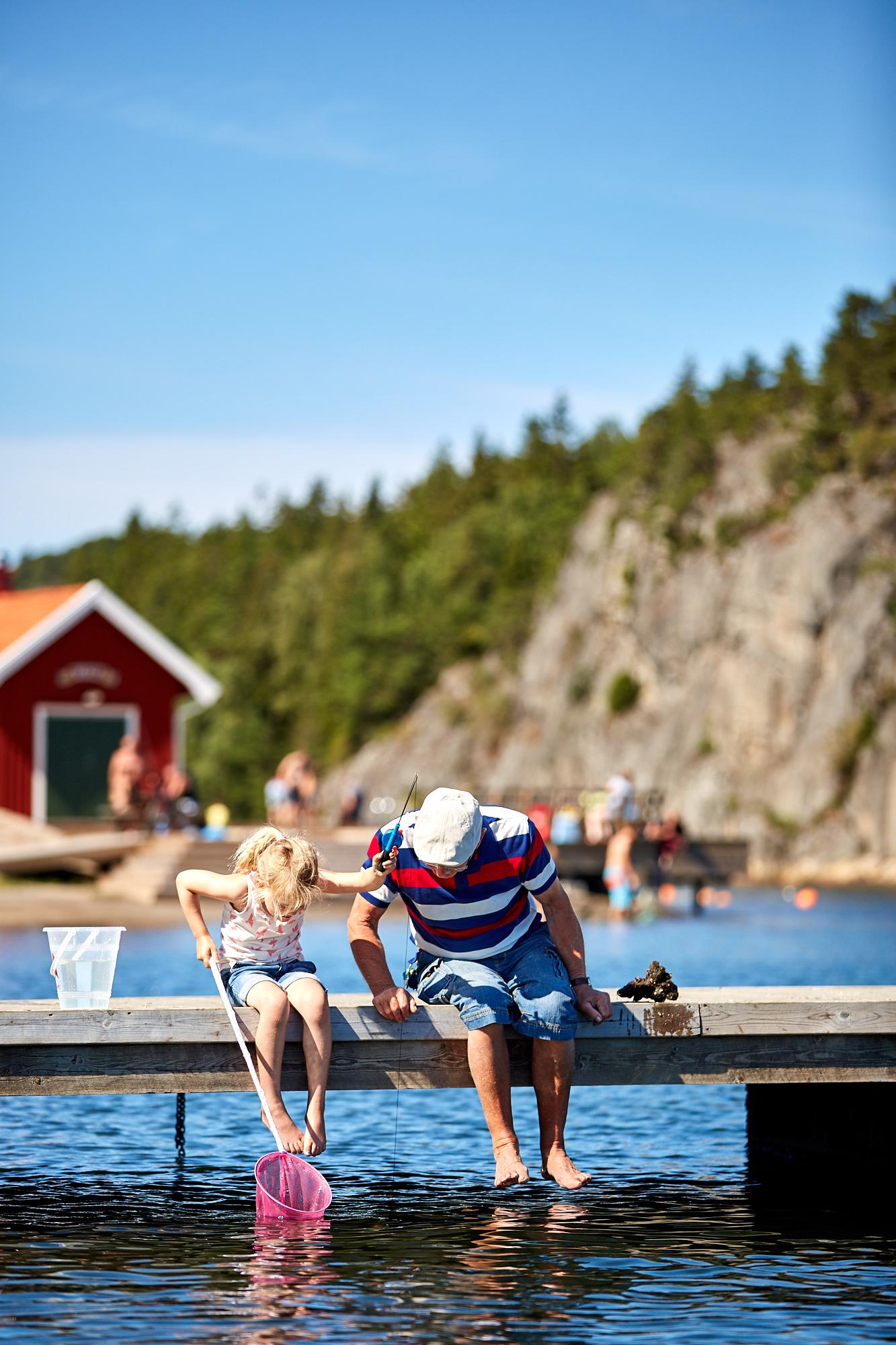 Två personer fiskar på Lagunen.