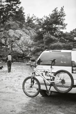Bil med cykel bakpå.