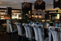 Restaurang med stolar och bord.