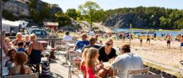 Ätande personer och stranden i bakgrunden.