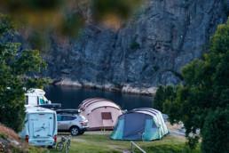Tält och husvagnar.