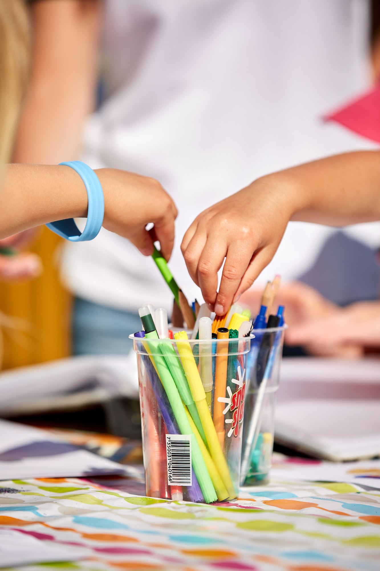 Färgglada kritor och barnhänder.