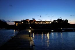 Bild på byggnad efter solnedgång tagen från en av Lagunens bryggor.
