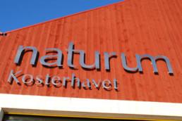 Bild på skylten Naturum Kosterhavet ett fantastiskt besöksmål för campinggästen i Bohuslän.