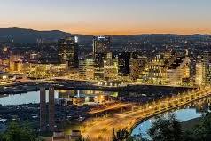 Bild på en upplyst jättestor stad.