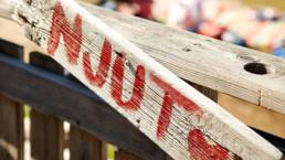 bild på skylt med röd text på: Njut.