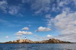 Bild på Ursholmens mäktiga fyrar på västkusten i Bohuslän.