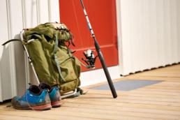 Ryggsäck, Haglöfsskor och fiskespö, tre viktiga tillbehör för en bra fiskedag på Västkusten i Bohuslän.